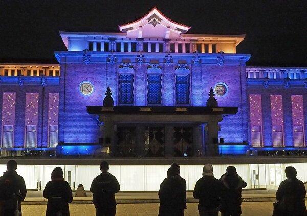 「岡崎 宵かさね」でライトアップされた京都市京セラ美術館(26日午後7時、京都市左京区)