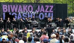 「びわこジャズ東近江」のメインステージで演奏する出演者たち(滋賀県東近江市八日市緑町)