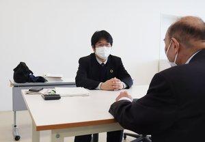 事業者向けの緊急相談会。福知山市や商工団体の職員が支援策や融資などを説明した(同市駅前町・市民交流プラザふくちやま)