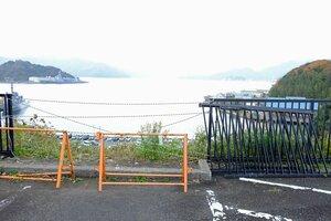 文庫山学園の駐車場で、軽乗用車がフェンスを突き破って滑落した現場(舞鶴市北吸)