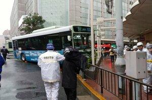 市バスが事故を起こした現場付近(23日午後0時15分、京都市下京区・四条通河原町交差点)