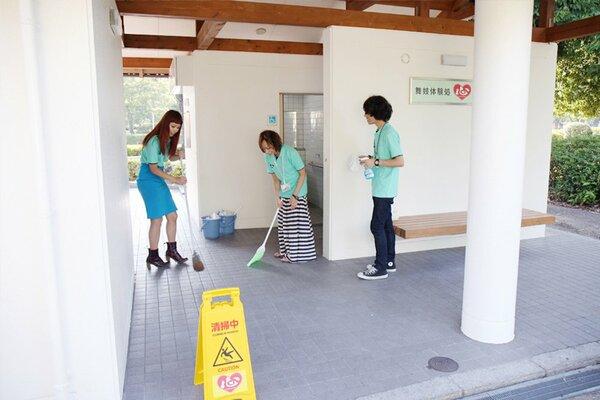 京都市公衆トイレ「京都ココログループのトイレ」を清掃する社員たち(京都市左京区岡崎)=豊かな気持ち提供