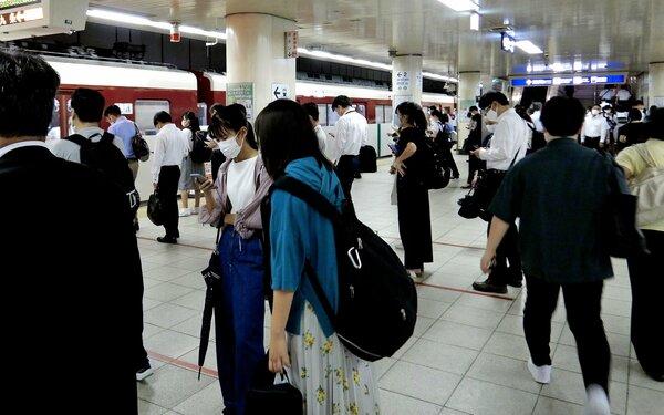 通勤通学客で混雑する地下鉄京都駅。京都市交通局は時差出勤を呼び掛けている(9月17日午前8時、京都市下京区)