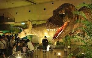 実物大の恐竜ロボットが並ぶ京都大恐竜博の会場(京都市伏見区・京都パルスプラザ)