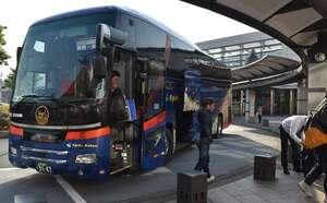 JR東舞鶴駅前に到着した、下り最終便から下車する利用客(13日午前7時ごろ、舞鶴市浜町)