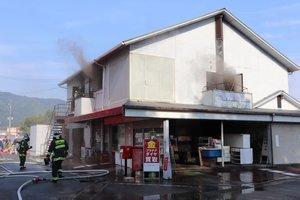 煙が出る中で行われた消火活動(南丹市八木町)