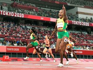 女子100メートル決勝 10秒61の五輪新で優勝し、喜ぶジャマイカのエレーン・トンプソンヘラ(右手前)=国立競技場