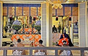 中央に阿弥陀如来像、右側に親鸞の木像が置かれた阿弥陀堂で営まれた興正寺の法要(京都市下京区)