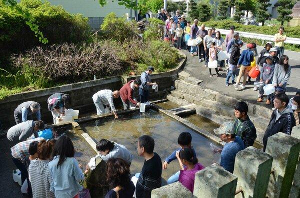 熊本地震で神社の湧き水を求めて並ぶ被災者。給水車が来ない避難所も多く、大勢の人が湧水地を探し、水をくんだ(2016年4月、熊本市東区秋津・中無田熊野座神社)
