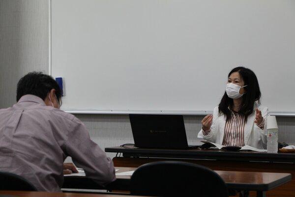 日本のジェンダー平等の遅れについて講演する藤野教授(近江八幡市・県立男女共同参画センター)