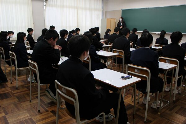 昨年3月の県立高一般入試で試験開始を待つ受験生ら(守山市・守山北高)