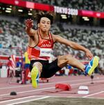 男子走り幅跳び予選 8メートル17をマークした橋岡優輝の1回目=国立競技場