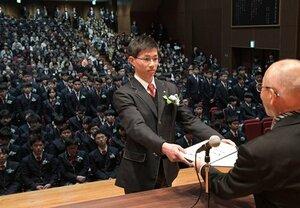 砂田校長から卒業証書を受け取る第1期の卒業生(1日午前10時12分、京都市伏見区・京都工学院高)