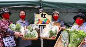 紅色のマスクを着けて野菜を売る「ベストフレンド紅」のメンバー(京都府南丹市園部町船岡)