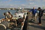滋賀県が漁業者と行っている就業希望者向けの漁業体験研修。2021年度からはこうした研修も漁協の枠を超えて広く行う(2010年、大津市本堅田2丁目・堅田漁港)