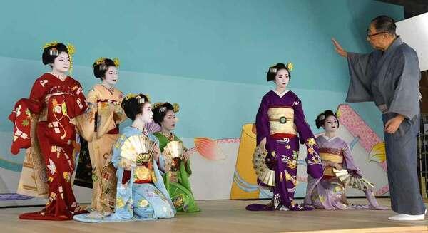 色鮮やかな衣装で撮影に臨む舞妓たち(31日午後0時20分、京都市東山区・祇園会館)