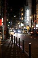 人通りが減り、閑散とする夜の祇園地区(4月16日、京都市東山区)