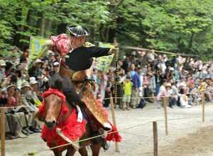 疾走する馬の上から、素早く矢を放つ射手(2日午後1時43分、大津市神宮町・近江神宮)