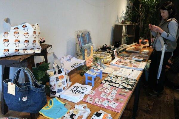 キャプション猫をモチーフにしたさまざまな雑貨が並んだ会場(京都府舞鶴市平野屋・FLAT+)