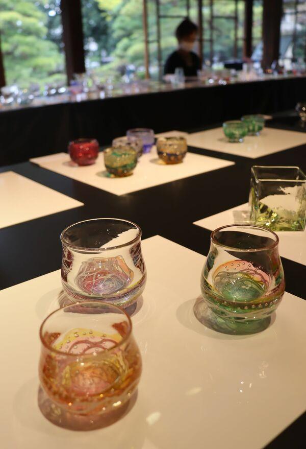 慶雲館本館に並ぶ全国のガラス作家が制作した酒器(長浜市港町)