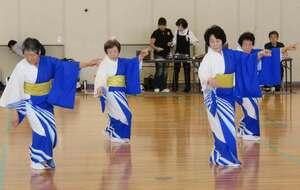 琵琶湖をイメージした着物を着て「びわこ音頭」を披露する愛好家ら(昨年5月)=乗松慎二さん提供