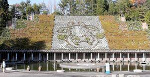 2021年の干支「うし」の絵柄をパンジーやビオラなどで表現した「花と水のタペストリー」(宇治市広野町・市植物公園)
