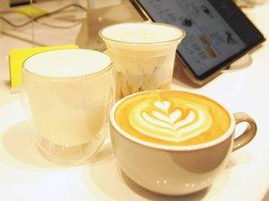 濃度が異なる豆乳を混ぜた「ソイチーノ」(左)などの多彩な豆乳飲料(京都市下京区・EVERYSOY)