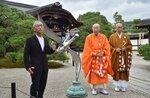 奉納したモニュメントについて語るゼロ・ヒガシダさん(左)と仁和寺の関係者ら(4日午前、京都市右京区・仁和寺)