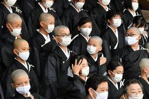 得度式を終え、マスク姿で記念撮影を待つ子どもたち(4日午前11時2分、京都市下京区・東本願寺)