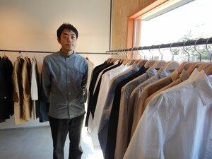 1枚ずつシャツを手作りする久米さん(彦根市)