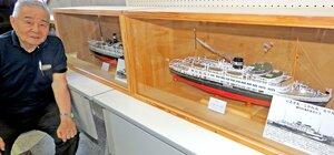 ペーパークラフトの客船模型を制作し、高島市に寄贈した小野さん(高島市役所)