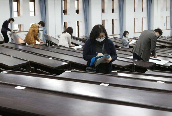 2次試験の準備をする京都大の職員たち(24日、京都市左京区)