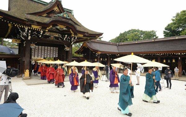 並んで本殿に向かう僧侶と神職(2020年9月4日午前10時12分、京都市上京区・北野天満宮)