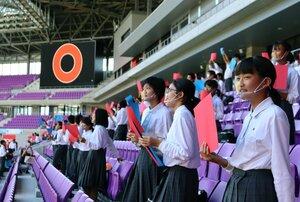 大型スクリーンを使った「○×クイズ」を楽しむ中学生たち(京都府亀岡市追分町・サンガスタジアム京セラ)