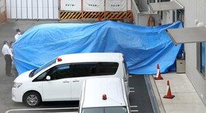 青葉真司容疑者を伏見署に移送するためブルーシートで覆われた車両