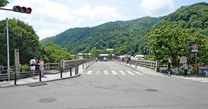 観光客もまばらな嵐山の渡月橋(1日午前11時、京都市右京区)