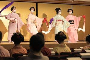 マスク姿で本番の動きを確認する芸舞妓(5日午前、京都市東山区・ギオンコーナー)
