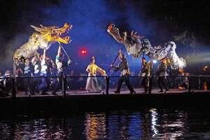 迫力ある舞を披露する文殊菩薩(中央)と2頭の龍=宮津市文珠