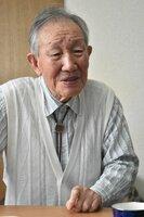 回天搭乗員時代の経験を語る瀬川清さん。100歳を前に曖昧な箇所も増えているが、懸命に記憶をたどってくれた(京都市北区)