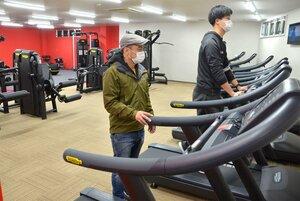 ジムを開く稲葉さん(左)。「体を鍛えて心も体も元気になってほしい」と語る=南丹市園部町・Musoshin Fit
