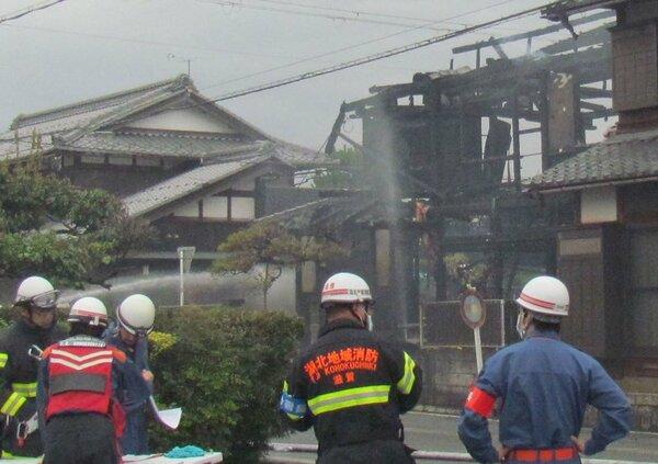 全焼した民家(午前8時10分、長浜市三川町)
