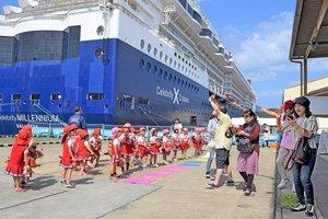 クルーズ船から下船し、地元園児から歓迎を受ける観光客ら(舞鶴市松陰・舞鶴港第2埠頭)=昨年9月