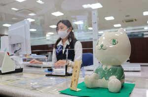 顧客対応用のカウンターに設置された信楽焼の「りそにゃ」(京都市下京区・関西みらい銀行京都支店)