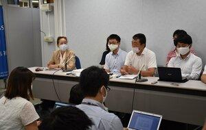 判決を受け記者会見する朝鮮学校側の弁護団メンバーら(大阪市内)