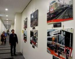 新型列車の出発式や、4代目京都駅の開業時の写真が並ぶ会場(京都市下京区・京都鉄道博物館)