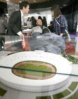 日本オリンピックミュージアムを視察する、れいわ新選組の舩後靖彦参院議員=12日午前、東京都新宿区
