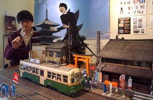 特撮で使うミニチュアの町並みとイラストの紙人形を組み合わせた展示(京都市中京区・ベルギャラリー)