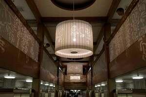第一無量寿堂に設置された照明。壁面に図柄が映る(京都市東山区・大谷本廟)