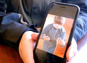 男性看護師が病院で業務をする際に身に着けている防護服。着脱に時間がかかり手間が増えているという(京都市内)
