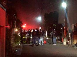 消火活動する消防隊員たち(24日午後8時56分、宇治市南陵町1丁目)